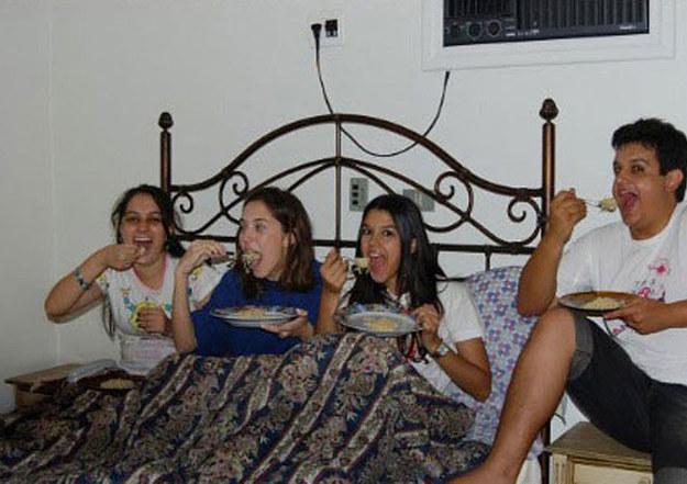 4 adolescentes en la cama