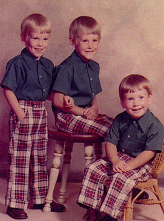 hermanos vestidos iguales
