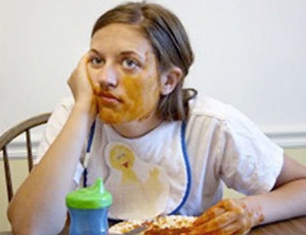 mujer sucia de comer