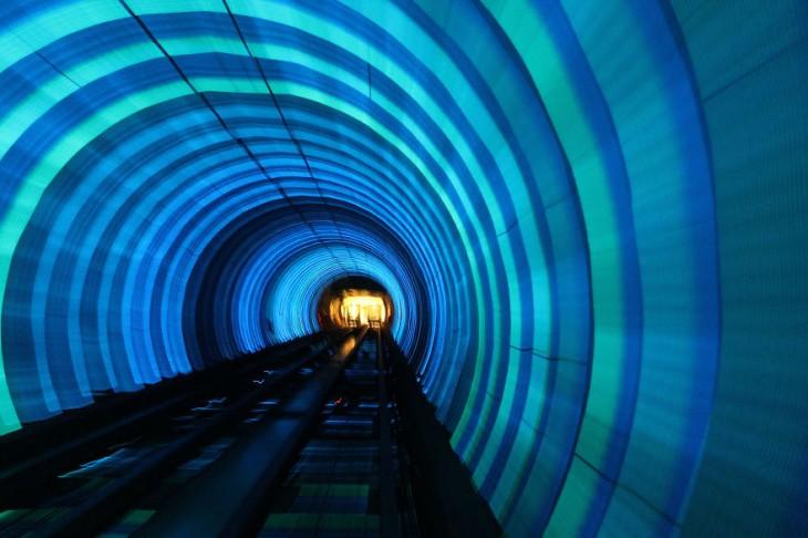 luces de color azul en el tunel del metro