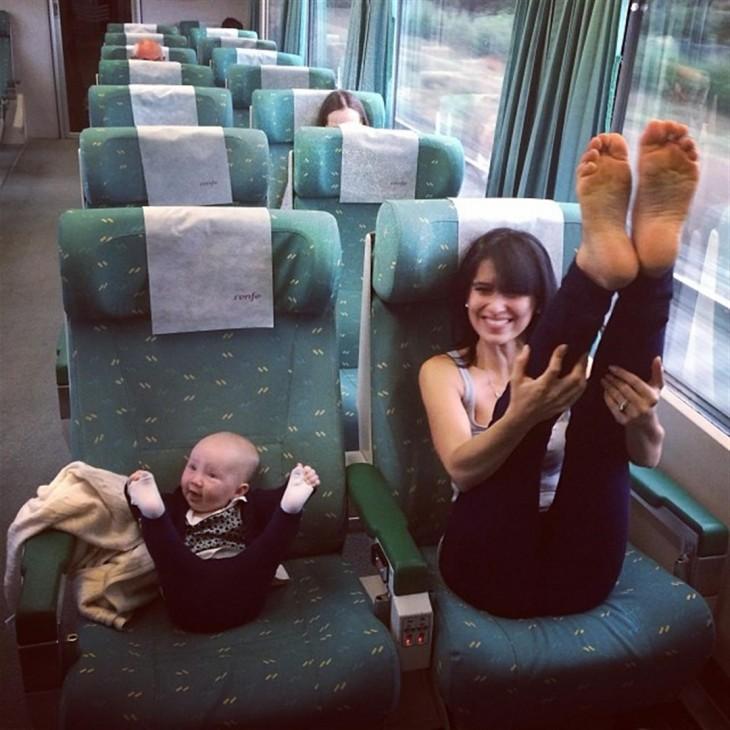 haciendo estiramiento de piernas en un camion madre e hija