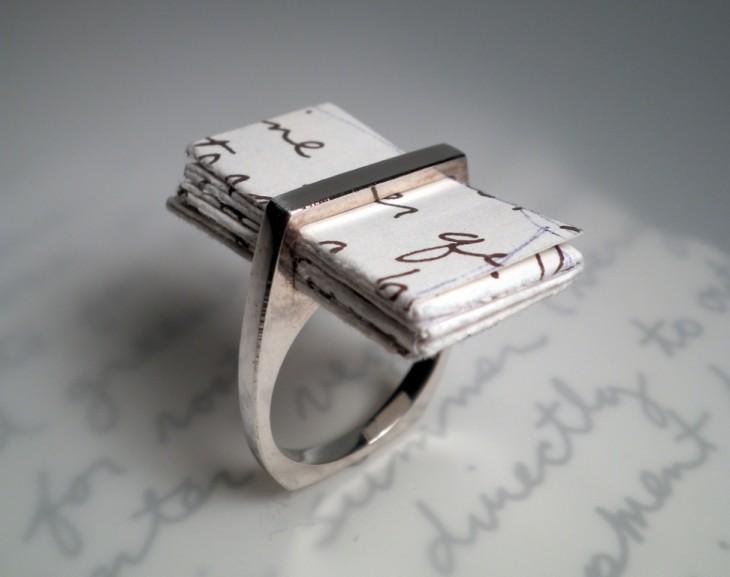anillo con una carta escrita