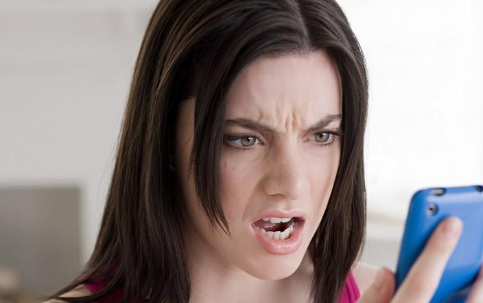 mujer enojada cuando ve su celular de color azul