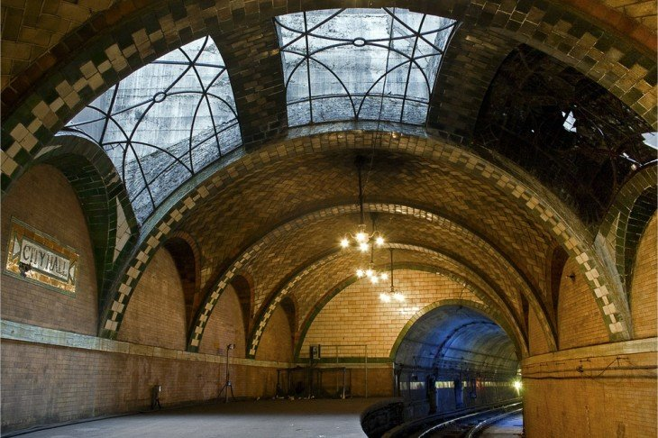 estacion del metro que parece un tunel en nueva york