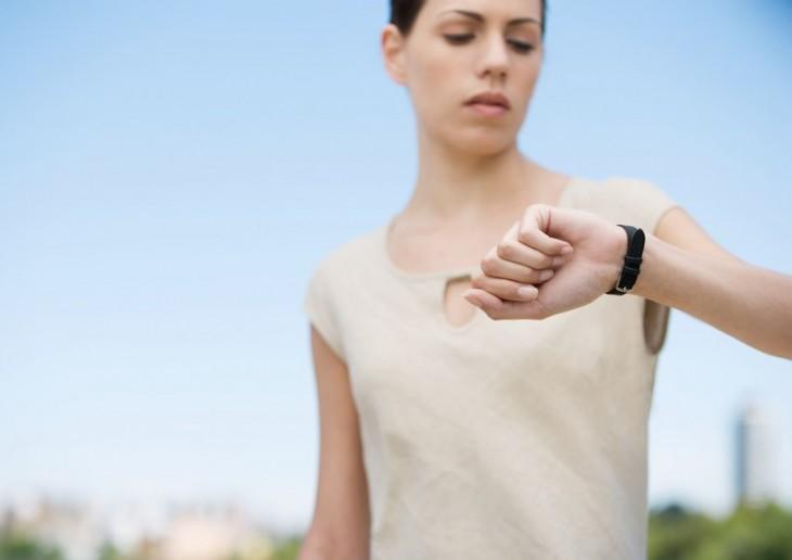 mujer revisando su reloj del tiempo