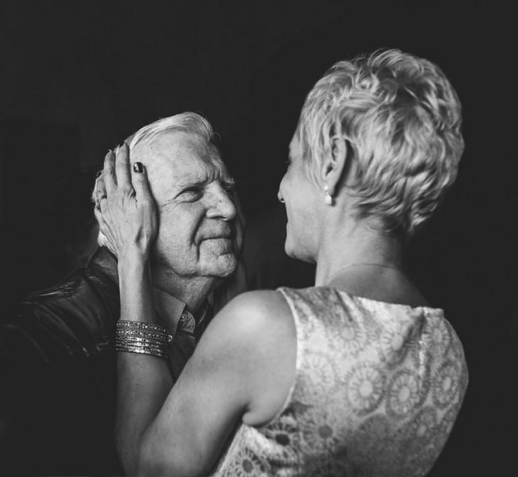esposos de la tercera edad se miran fijamente a los ojos