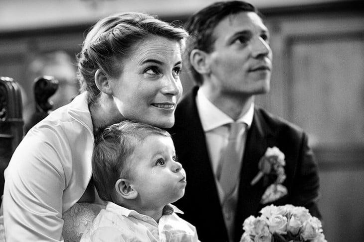 la familia prestando atencion al sacerdote mientras se casan los padres