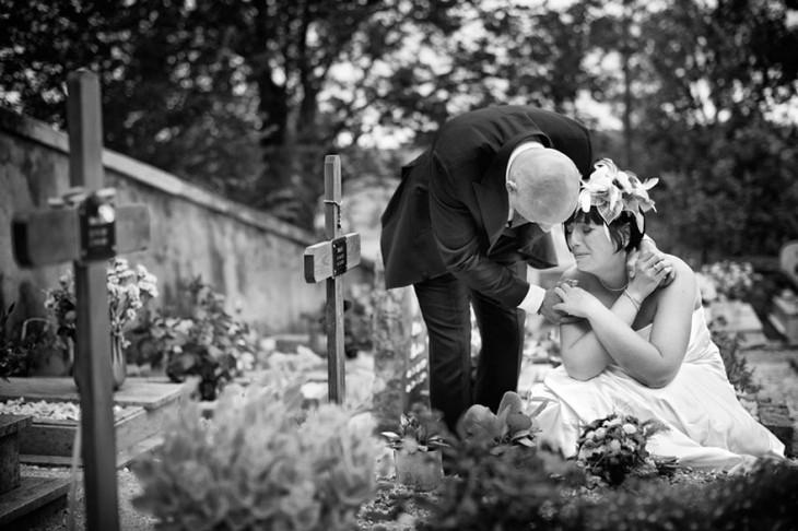 novios postrados en la tumba de algun familiar llorando