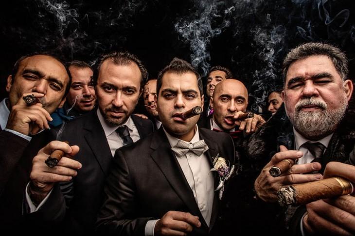 novio y padrinos fumando puros