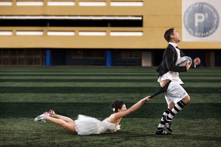novio corriendo en el campo de futbol americano