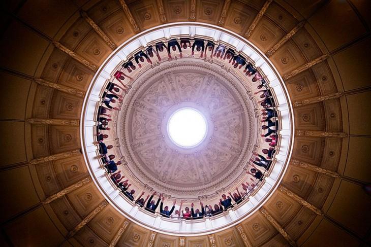 invitados formando un circulo desde la parte superior de una iglesia