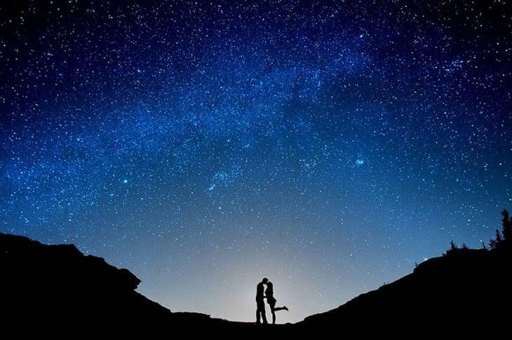 un beso durante una noche estrellada