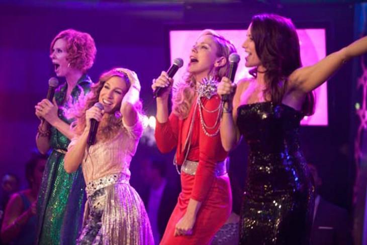 cuatro amigas cantando en un karaoke