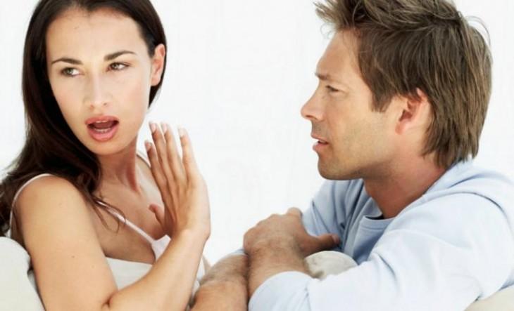 discusion entre una mujer y un hombbre donde no lo quiere escuchar