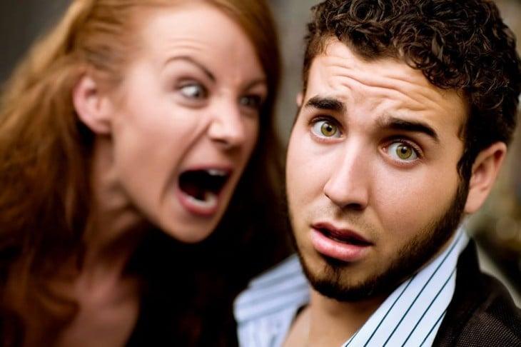mujer enojada gritandole a un hombre