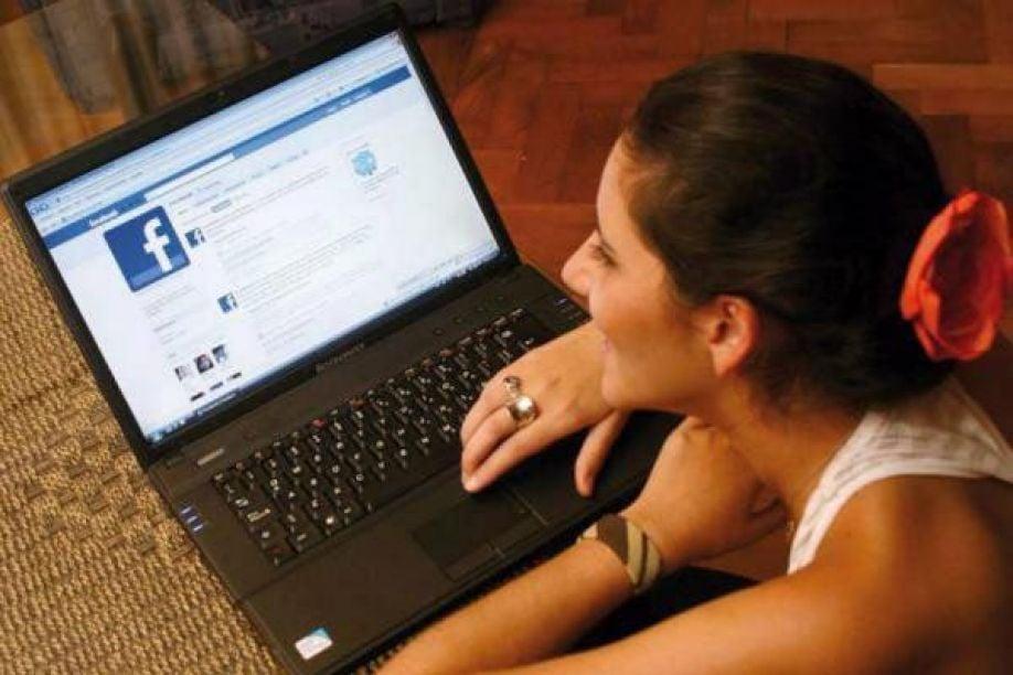 No puedo abrir Facebook, se queda en blanco Resuelto