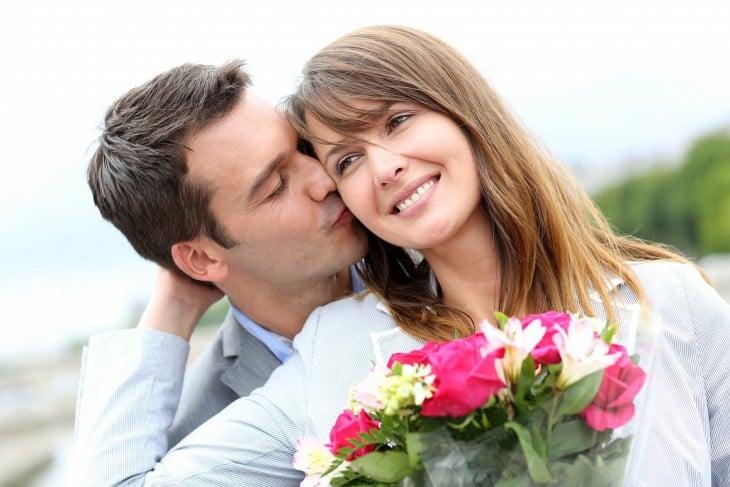 hombre que le regala flores a su novia