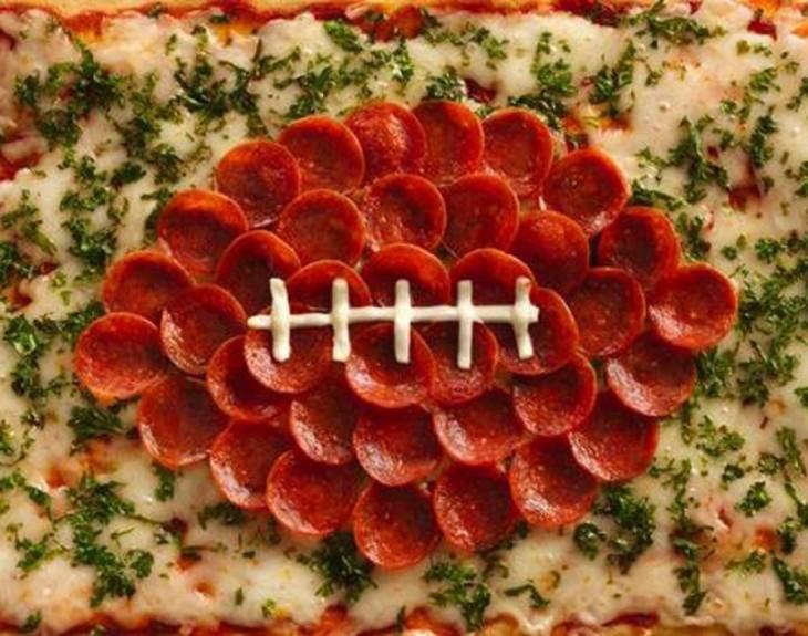 pizza hecha de peperonis y queso