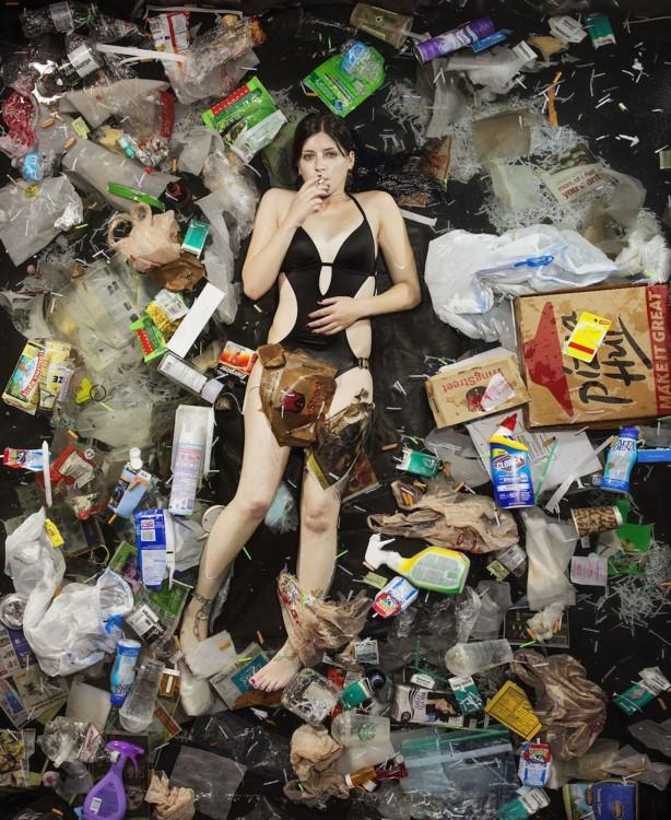 Gregg Sega fotografía chica en malla de ba♦o en medio de la basura acumulada durante 7 dias