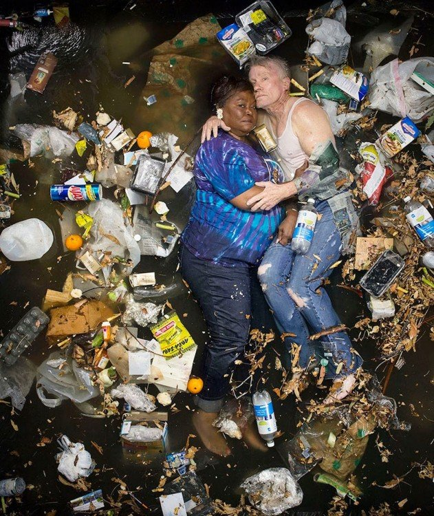 Gregg Sega fotografía a pareja adulta en medio de la basura acumulada durante 7 dias