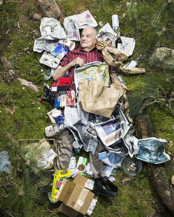 Gregg Sega fotografía hombre mayor en medio de la basura acumulada durante 7 dias