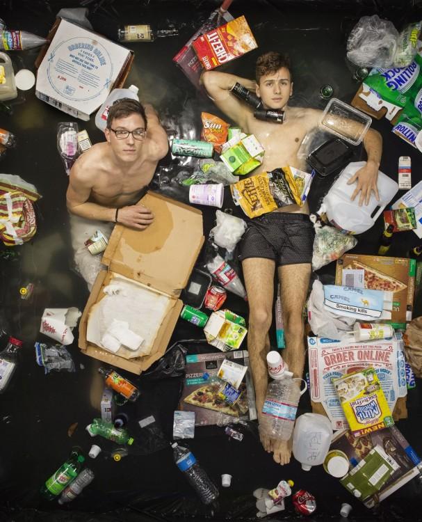 Gregg Sega fotografía 2 jovenes en medio de la basura acumulada durante 7 dias