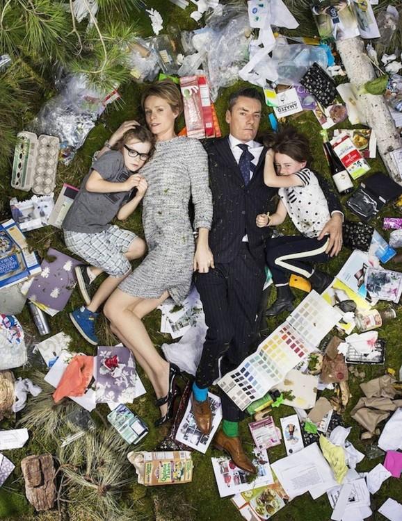 Gregg Sega fotografía a pareja con 2 hijos en medio de la basura acumulada durante 7 dias