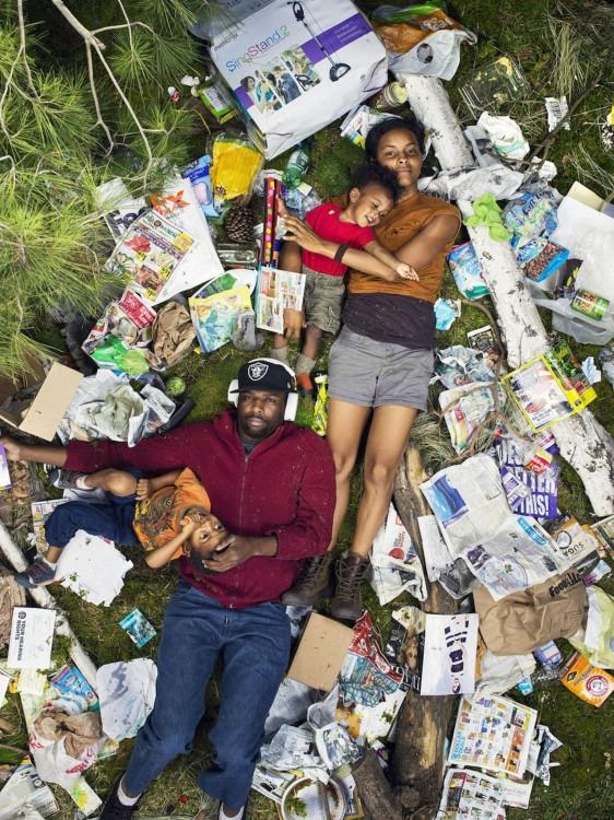 Gregg Sega fotografía pareja de color con hijos en medio de la basura acumulada durante 7 dias