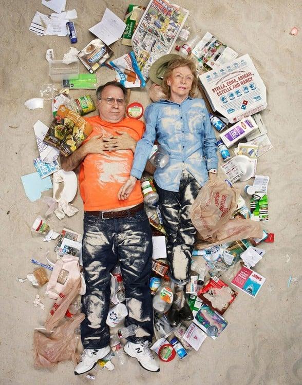 Gregg Sega fotografía pareja mayor en medio de la basura acumulada durante 7 dias