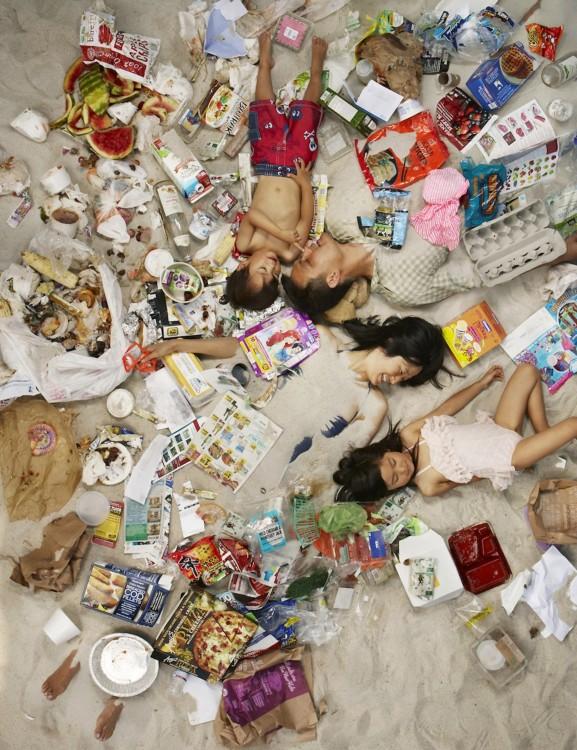 Gregg Sega fotografía a pareja asiatica con hijos en medio de la basura acumulada durante 7 dias