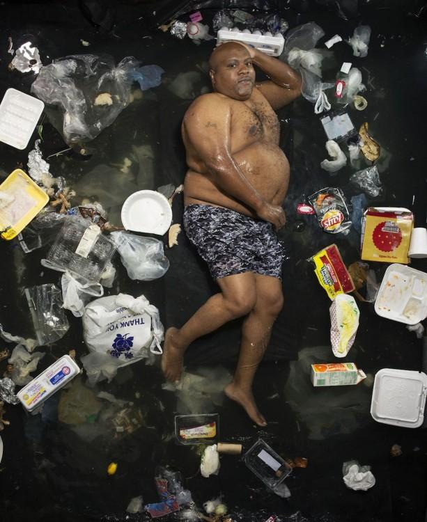 Gregg Sega fotografía moreno obeso en malla en medio de la basura acumulada durante 7 dias