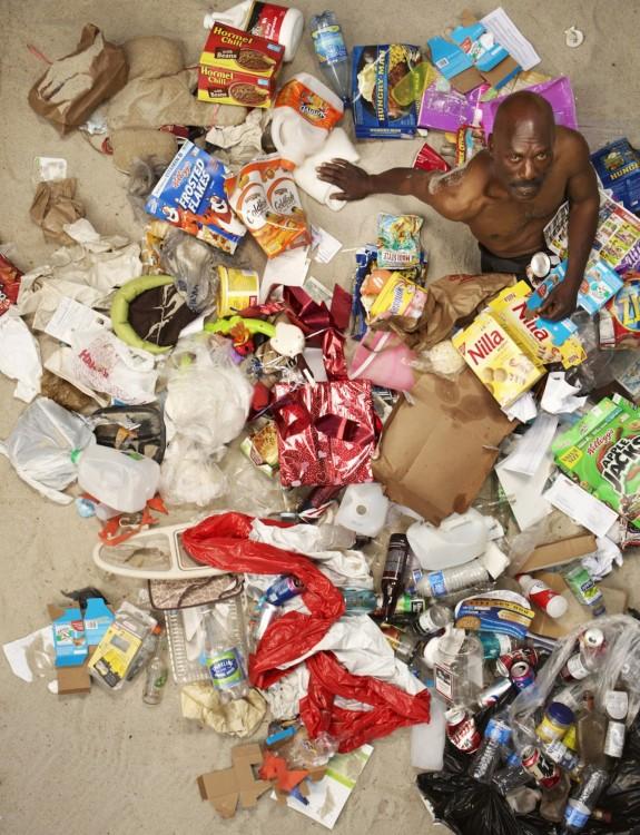 Gregg Sega fotografía flaco cinquenton en medio de la basura acumulada durante 7 dias