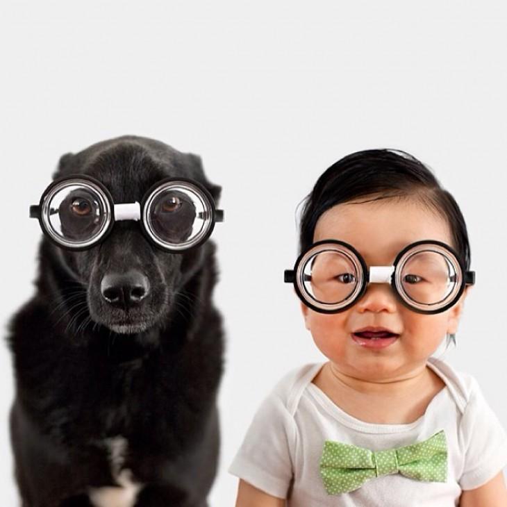 bebe chino con perro negro disfrazados lentes