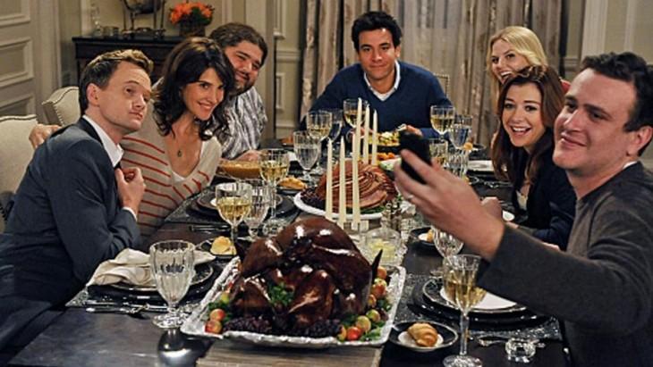 amigos sentados en la mesa cenando en un dia de gracias