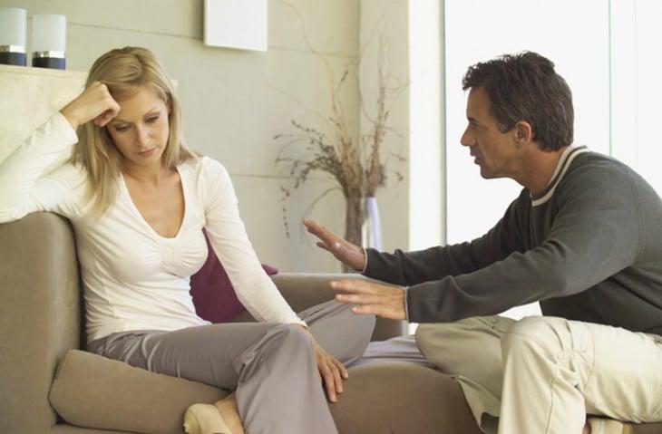 hombre hablando con una mujer intentandola calmar