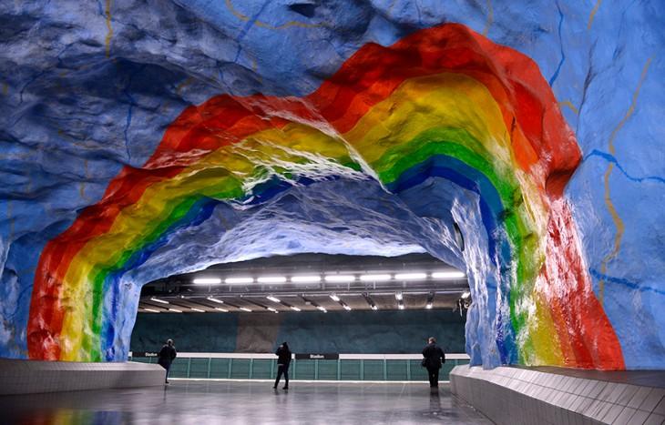 estacion con entrada en forma de cueva con colores muy vivos