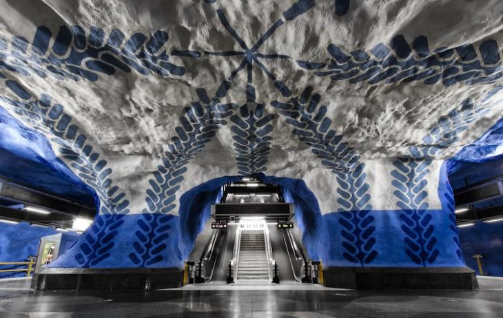 escaleras moderenas en estacion con colores azul y blanco