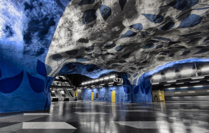 estacion en forma de cueva con colores azul y blanco