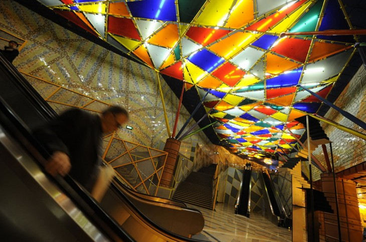 vitrales en el techo de colores en formas de trianguelos