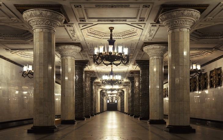 elegantes estacion de metro con pilares y un candelabro