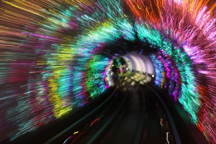 imagen de como se ven las luces a traves del las vias del metro