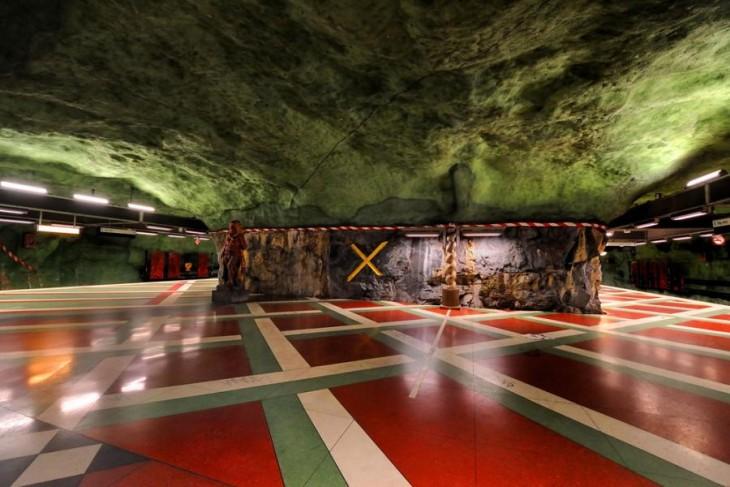 estacion del metro subterranea en forma de cueva con techo verde