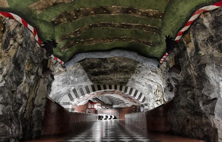 estación del metro que esta hecha de rocas
