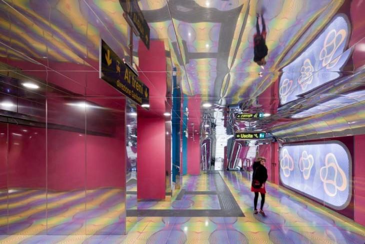paredes con espejos en la estacion de un metro