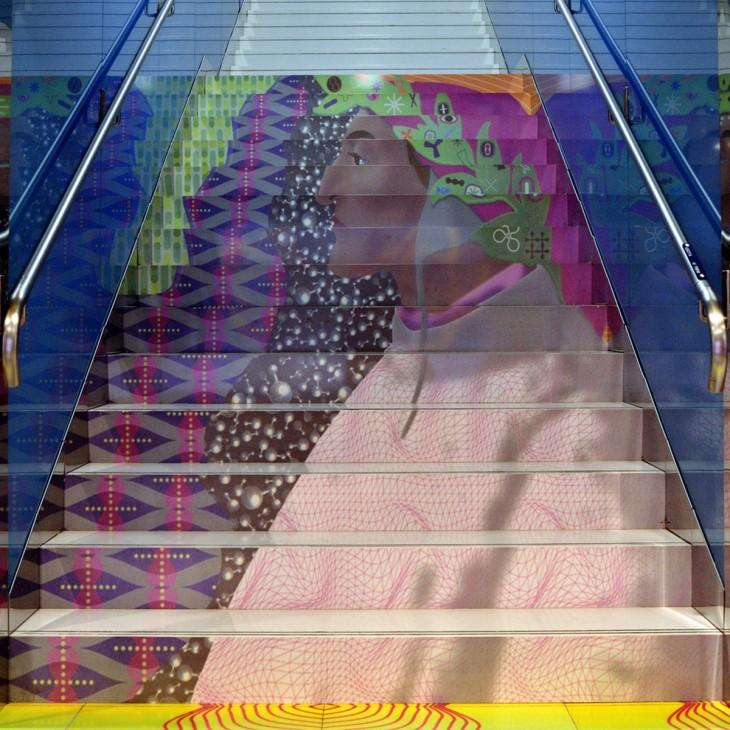 escaleras de colores con imagen de un hombre