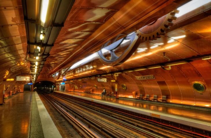 estacion del metro en forma de material de acero
