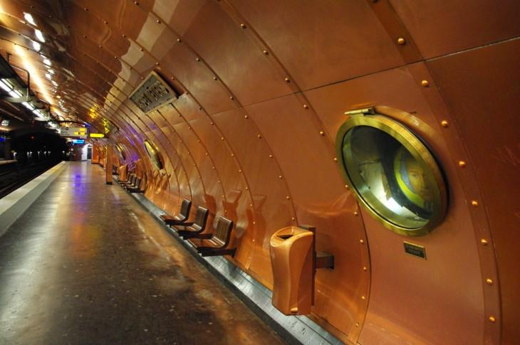 estacion del metro en forma de submarino de acero