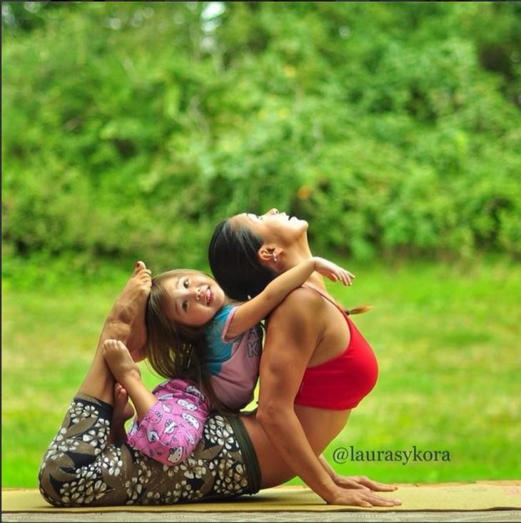 madre e hija practicando yoga en el jardin