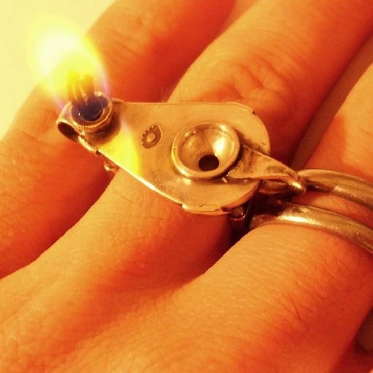 anillo con llama escendida