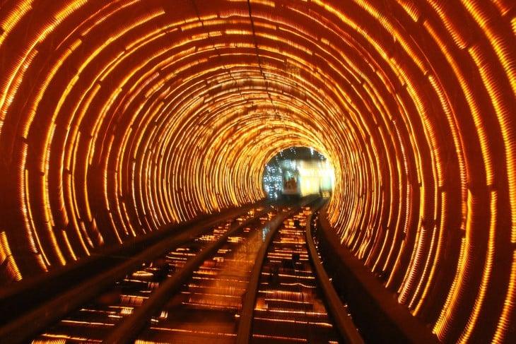 luces de un tunel del metro en forma de espiral